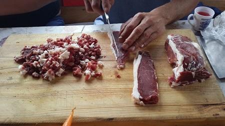 Нарезаем баранину для приготовления манты